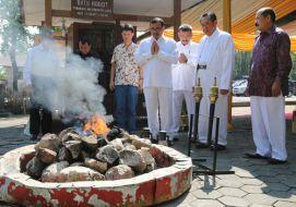Pengambilan Api di Mrapen dalam rangkaian Waisak 2558 BE/2014