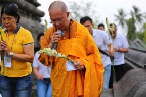Hormati Buddha, Umat Buddha Lakukan Pradaksina