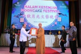 Mooncake Festival, Caliadi Berikan Penghargaan Kepada Bhiksu Hui Xiong